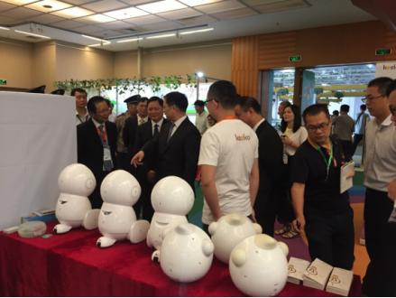 Keeko机器人上海峡图书交易会 高部长点赞